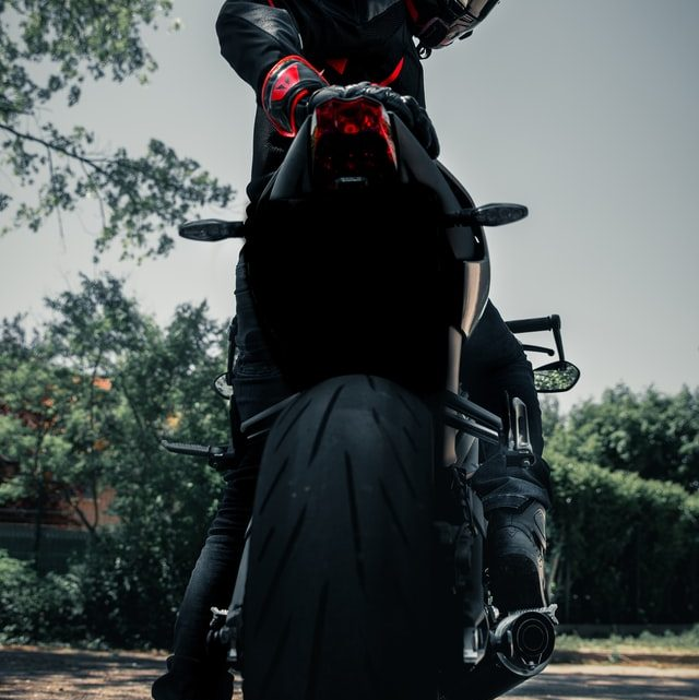 Comment reconnaître le meilleur moment pour changer les pneus moto ?